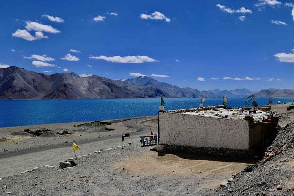 In der Ferne verläuft quer über den See die Grenze zum chinesich besetzten Tibet