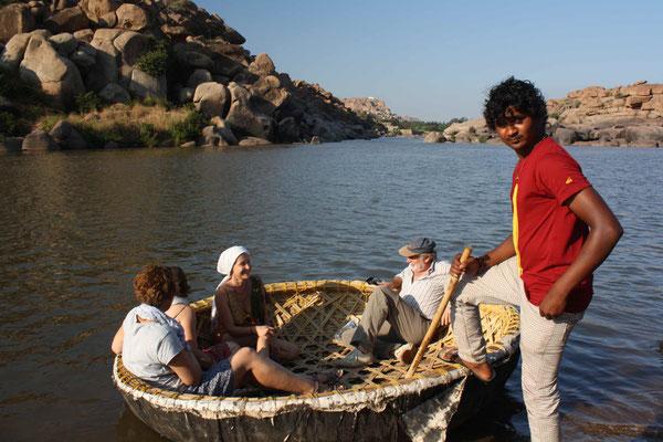 Ein weiterer Höhepunkt: Die Bootsfahrt auf dem Fluss Tungabhadra, der durch Hampi fließt