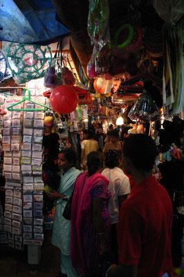 ... und dort in das Labyrinth des traditionellen Marktes