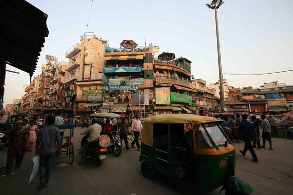 Stadt der Ankunft ist New Delhi, wo wir unser Quartier im alten Marktviertel Pahar Ganj haben