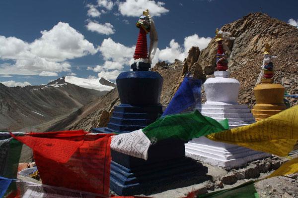 Den Pass krönen heilige Stupas