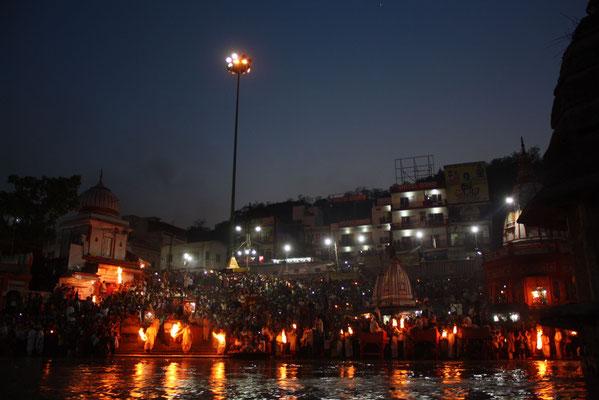Absoluter Höhepunkt ist unser Besuch bei der Feier der 1000 Feuer im heiligen Ort Haridwar