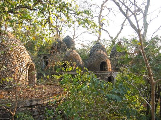 Wir betreten einen fast surrealer Ort mit seinen kleinen Meditationshütten im Dschungel