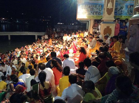 Mit etwas Glück erleben wir einen modernen Guru bei seinem Satsang am Ufer des Ganges