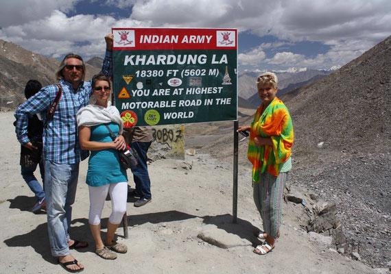 ... und zwar über den höchsten befahrbaren Pass der Welt, dem Khardung La