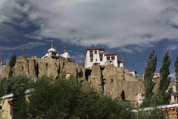Wie fast immer liegt auch dieses Kloster hoch auf einer Felsklippe