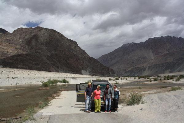 Und noch einmal machen wir uns auf den Weg – durch das ganze Nubra-Tal und über den wilden Pass des Wari La ...