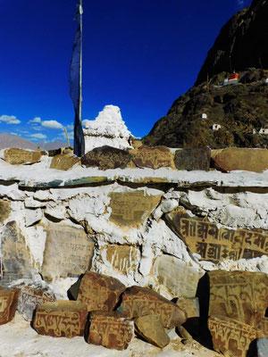 Doch wir sind in Ladakh – und finden überall Pilgerwege entlang von Mauern aus Gebetssteinen