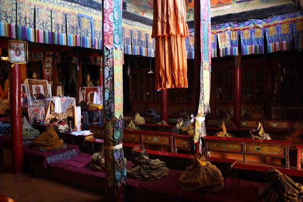 Einer der Gebetsräume wirkt gespenstisch, denn hier haben sich nur leere Mönchskutten versammelt