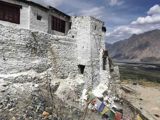 Trotz der Weltabgeschiedenheit überragt ein mächtiges Kloster das Tal: Diskit Monastery