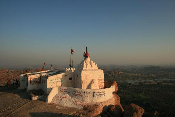 Vom Fluss steigen wir dann 627 Stufen hoch zum Bergtempel des Affengottes Hanuman