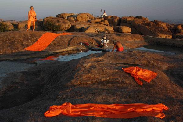 Heilige Sadhus waschen ihre Tücher in der Wasserstelle beim Tempel