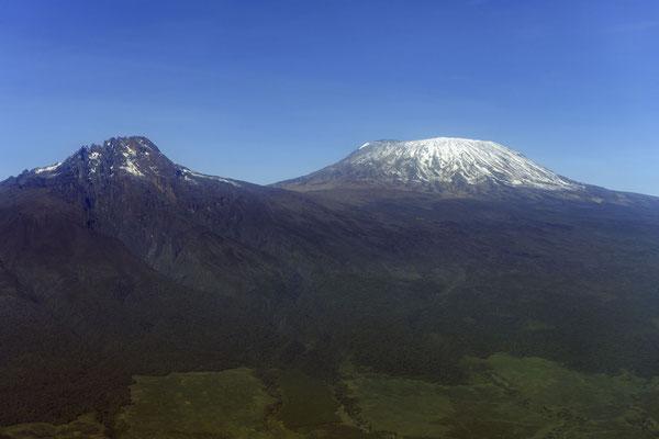 Das wolkenfreie Kilimandscharo Massiv