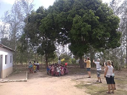 Schulgebäude mit den Kindern