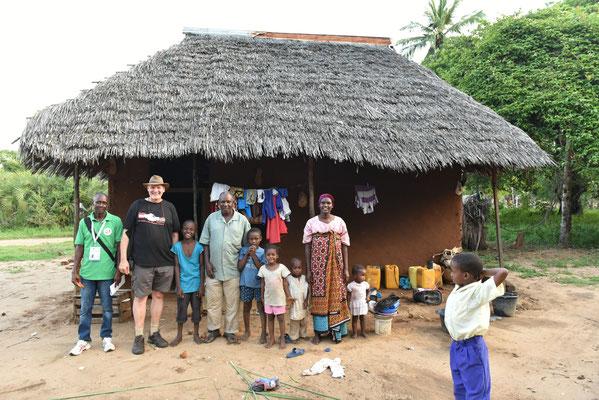 Haus von Familie Salimu (10/2019) von Links Safari, Kurt, Riziki, Vater, 3 Geschwister, Mutter