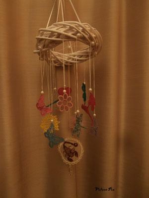 Das hier ist eine Gute Wünsche Mobile, jedes Motiv steht für einen Wunsch. Das Kleeblatt für viel Glück oder die Sonne für Licht im Leben.  Der Skorpion ist einfach nur das passende Sternzeichen.