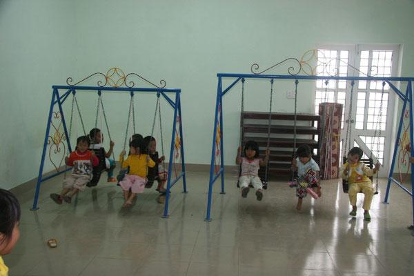 Financement par France Vietnam Partage de balançoires 1 école du district d'Hué 2009