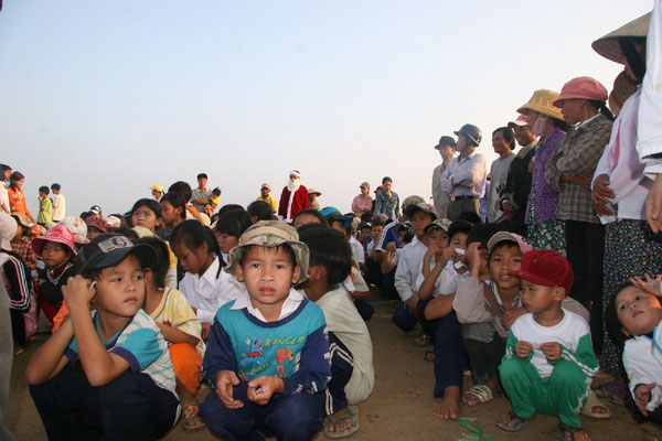 Enfants en attente de recevoir le matériel pédagogique