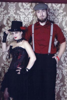 Kleine Rädchen, die die Show am Laufen halten: Stagemaid Kinky Minsky und Stagehand Lukas
