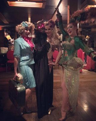 Die Burlesque-Diven in ihren Bühnenoutfits: (v. l. n. r.) Peggy de Lune, Rose Rainbow und Lada Redstar