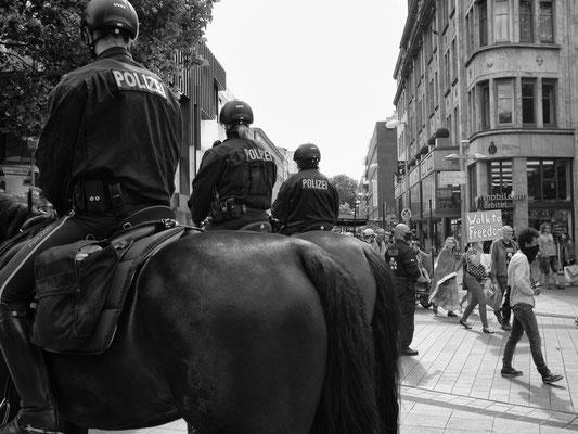 20. Juni - Ernst-August-Platz - Gegner von Corona-Maßnahmen auf dem Weg zum Steintorplatz