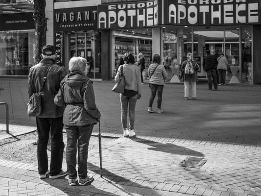 16. April - Georgstraße, >>Europa Apotheke<< ein Mindestabstand von 1,50 Meter muss jetzt eingehalten werden