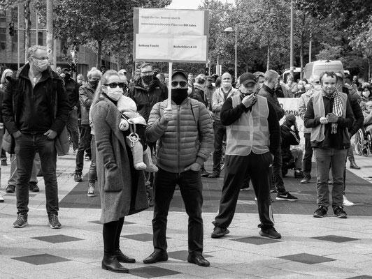 16. Mai - Rund 220 Menschen demonstrieren auf dem Goseriedeplatz gegen die Corona-Auflagen