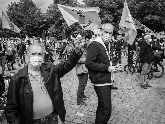 16.05.2020 OB Belit Onay unter den Gegendemonstranten am Steintorplatz