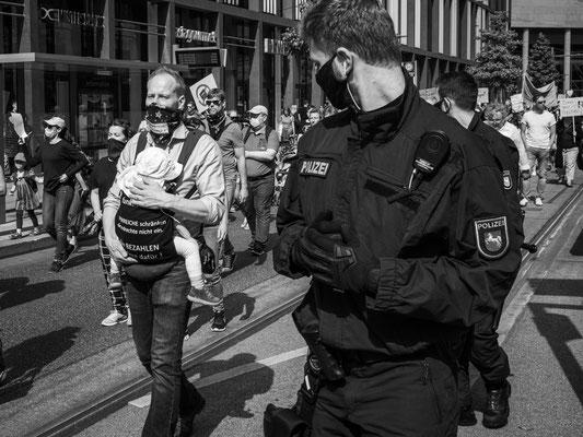 20.06.2020 Kurt-Schuhmacher-Straße - Gegner von Corona-Maßnahmen auf dem Weg zum Steintorplatz