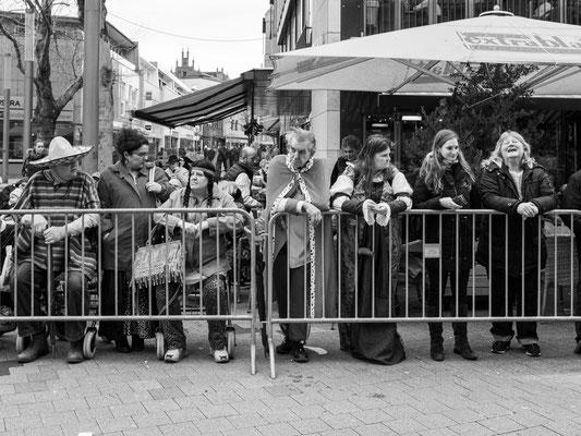 22. Februar - Die hannoverschen Narren warten geduldig auf den Beginn des Karnevalumzugs