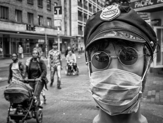 10.06.2020 Ein Friseur in der Limmerstraße passt das Outfit seiner Dekopuppe den aktuellen Ereignissen an