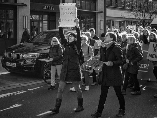 17. Januar -  Die Klimaaktivisten >>Fridays for Future<<  marschieren zum Opernplatz