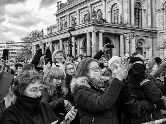 13. November - 450 Querdenker demonstrieren auf dem Opernplatz - oft ohne Maske und ohne Mindestabstand