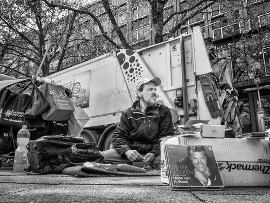 28. April - Mit der Zahl der Passanten in der Innenstadt sinken auch die Spenden für Obdachlose