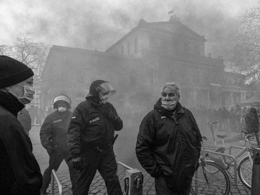 21. November - Demo der >>Querdenker<<  - Protestierer zünden mehrere Nebeltöpfe