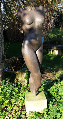 """Torso """"Sportlerin"""" 2014, Kunststein bronziert, Höhe 1,15 m Breite 0,60 m Tiefe 0,30 m"""