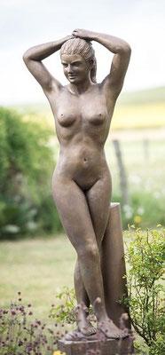"""""""Sportlerin"""" 2005, Kunststein bronziert, Höhe 1,67 m Breite 0,64 m Tiefe 0,30 m"""