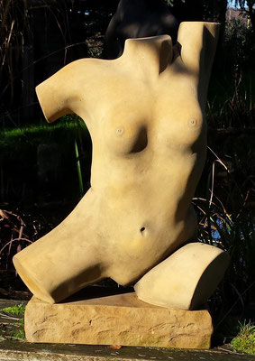 """Torso """"Yoga"""" 2014, Kunststein eingefärbt, Höhe 0,80 m Breite 0,55 m Tiefe 0,30 m"""