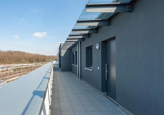 Neubau für gefördertes Wohnen in Kerpen-Horrem, Laubengang zu den Wohnungen im Staffelgeschoss