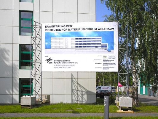 """Erweiterungsneubau Gebäude 21, """"Institut für Materialphysik im Weltraum"""", DLR, Köln, Bauschild"""