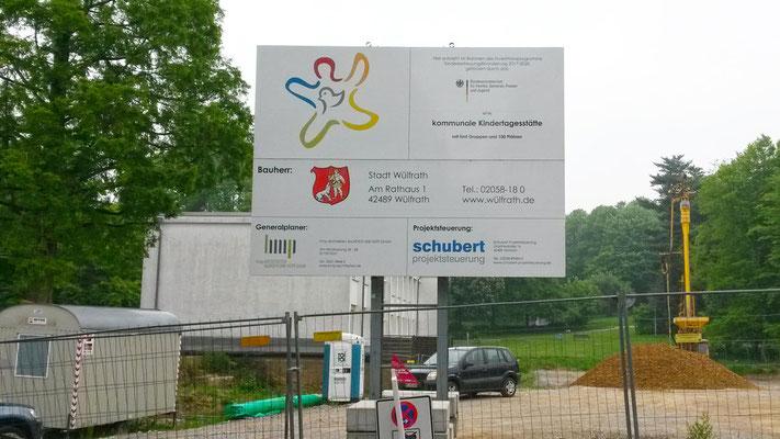 Neubau Kindertagesstätte Schulstraße Wülfrath, das Bauschild steht schon