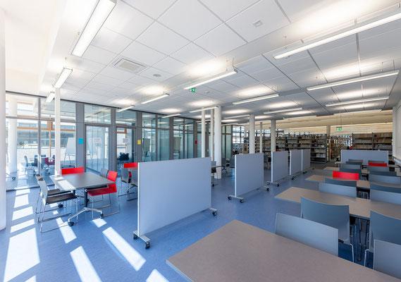 Erweiterung Hochschule Bonn-Rhein-Sieg Standort Rheinbach - Blick vom Anbau in die Bestandsbibliothek