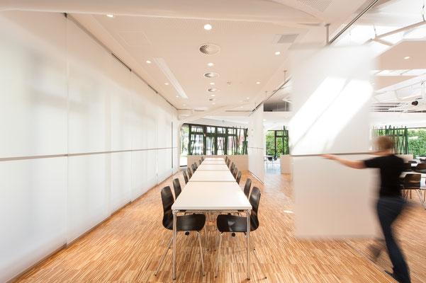 Modernisierung Betriebsrestaurant Siegwerk Druckfarben AG & Co. KGaA, flexible Raumzone, Glasfaltwand wird geschlossen