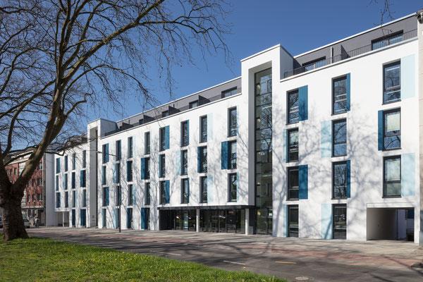 Quartillion Köln - Strassenansicht des grösseren Vorderhauses mit Staffelgeschoss, Fotos: Oliver Schuh, www.palladium.de