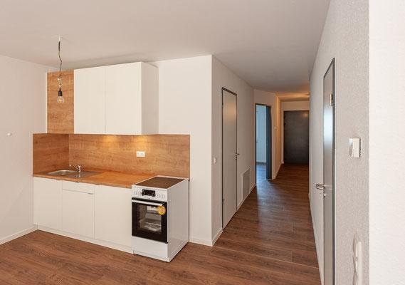 Neubau für gefördertes Wohnen in Kerpen-Horrem, Maisonettewohnung, Küche mit Blick zur Eingangstür