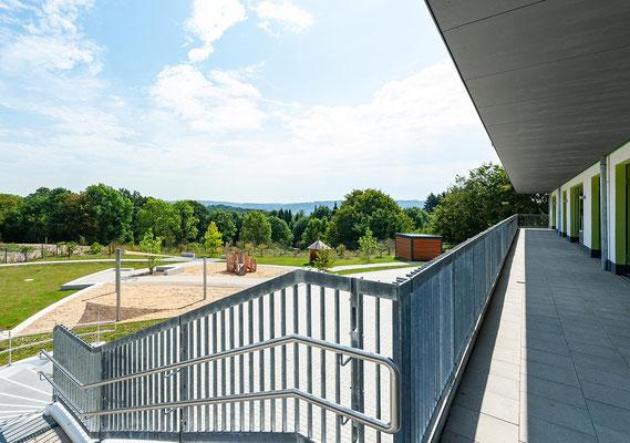 Kita Hatzfelder Straße Wuppertal, Ausblick vom Balkon ins Gelände und die Ferne