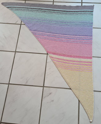 """Leuchtturm-Tuch """"Sommer-Leuchti"""" / gestrickt und fotografiert von Heike Tomec."""