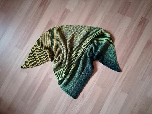 Knallgrau froggy / Tuch gestrickt und fotografiert von Cathleen Hartung