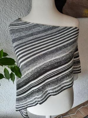 Grautöne mit wollweiß / Tuch gestrickt und fotografiert von Michaela Scheffner