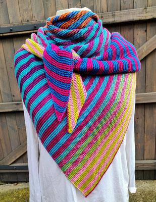 """Leuchtturm-Tuch """"Heiliger Bimbam"""" / Farbzusammenstellung sowie Tuch gestrickt und fotografiert von Karin Manger."""